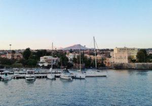 Cosa vedere a Catania il porticciolo di Ognina con il panorama sull'Etna