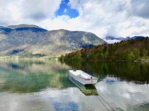 il lago di bohinj è uno dei laghi più belli della slovenia