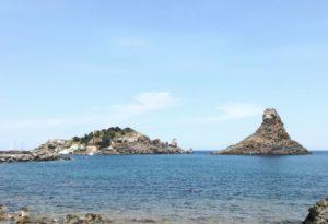 Faraglioni di Acitrezza da vedere durante una vacanza in Sicilia