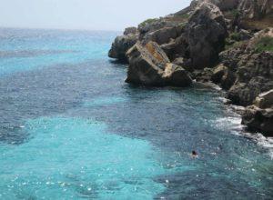 Tuffarsi nel mare di Favignana durante una vacanza in Sicilia