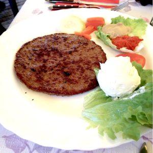 La pljeskavica di carne è un piatto tipico della cucina balcanica