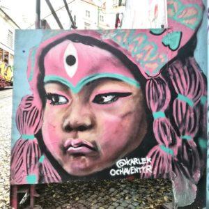 Visitare Lisbona e osservare i murales del Bairro