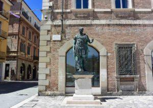 Cosa vedere a Rimini piazza tre martiri statua
