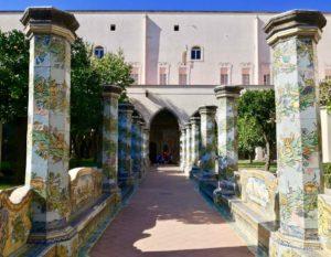 le colonne in maiolica del chiostro di santa chiara tra le più belle cose da vedere a napoli