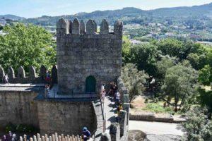 Percorrere le antiche mura del castello di guimaraes