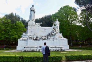Cosa vedere ad Arezzo il monumento a Petrarca nel Prato