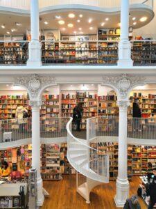 un negozio a bucarest tra le librerie più belle del mondo